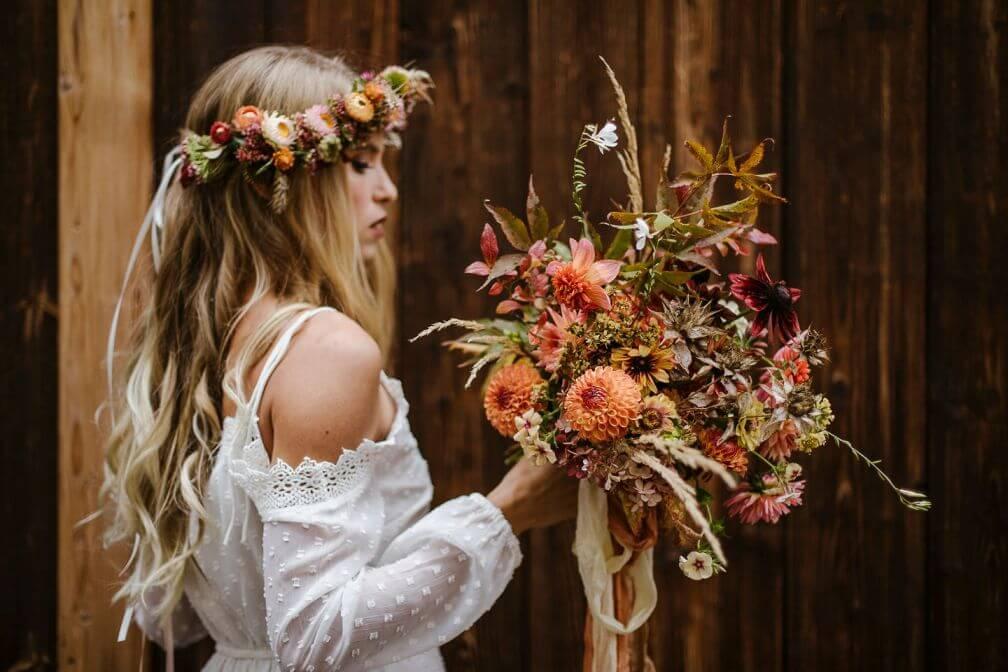 Boho Braut mit Blumenkranz und Strauß