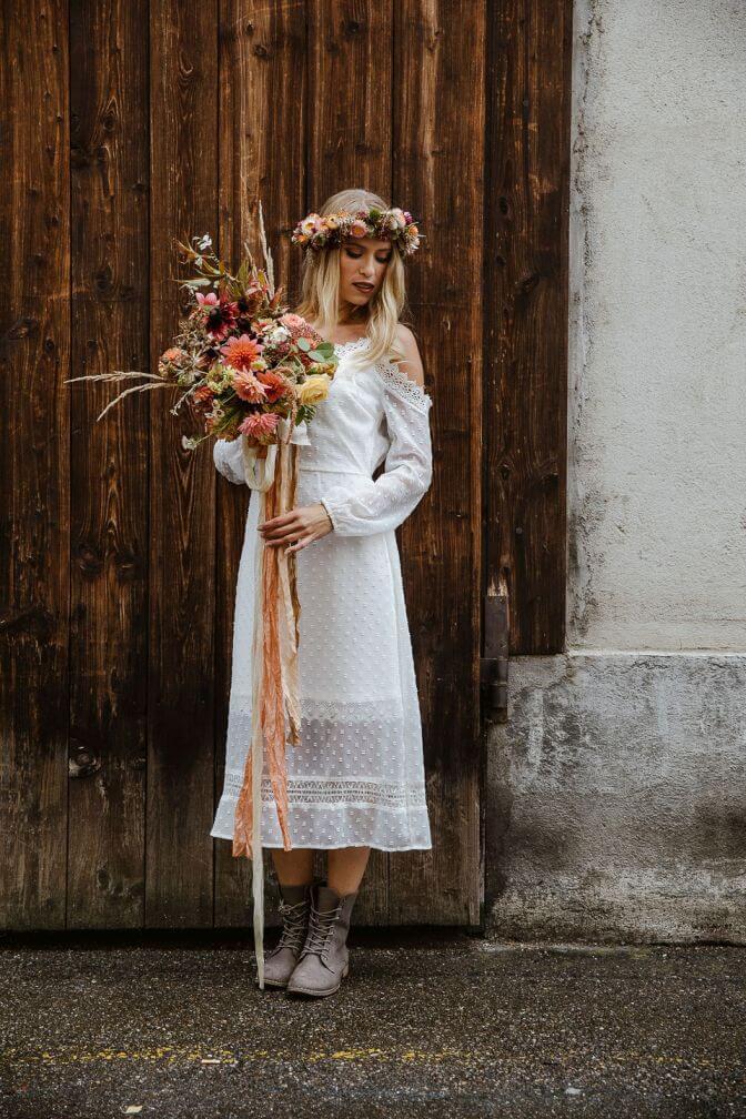Boho Braut mit Strauß