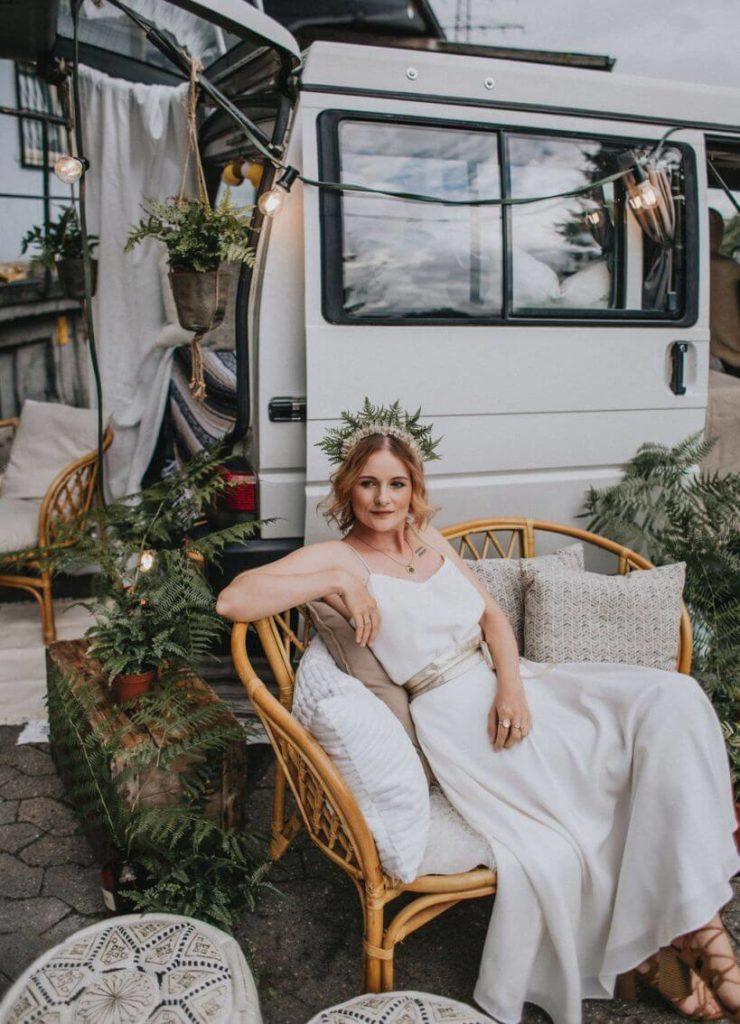 Braut vor VW Bus