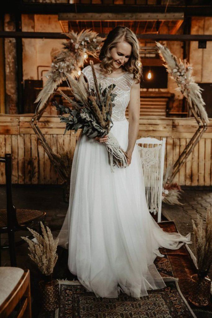 Braut mit Trockenbrautsrauß